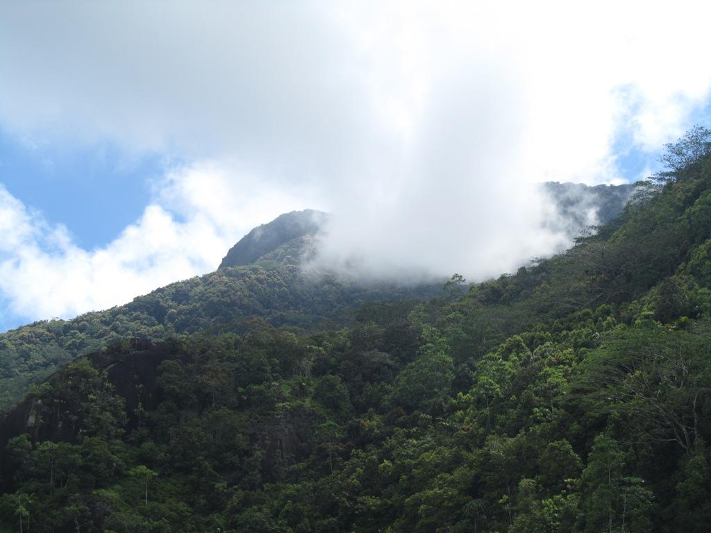 Debesys uzkliuve uz kalno
